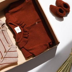 Cette box est composée de 2 tenues mixtes : un ensemble en tricot côtelé rayé nougat/châtaigne et une combinaison châtaigne accompagnées d'une paire de chaussons!⁠ .⁠ This box is composed of 2 mixed outfits: a ribbed knit outfit with nougat/chestnut stripes and a chestnut outfit with a pair of booties!⁠ .⁠ #box #bebe #locationvetements #moderesponsable #cotonbio #tenuesbebe #modeenfant #boxlocation #boxvetements #baby #box #clothingrental #sustainablefashion #organiccotton #babyoutfit #kidsfashion #rentalbox #clothingbox