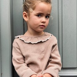 La petite Mahaut et son regard trop chou 😍 Le pull Alice lui va à merveille avec ce large col bicolore qui donne un look si raffiné!⁠⠀ .⁠⠀ Little Mahaut and her cute look 😍 The Alice jumper suits her perfectly with this wide two-coloured collar that gives such a refined look!⁠⠀ .⁠⠀ #pull #nougat #beige #col #lookfille #modeenfant #cotonbio #LililotteNantes #jumper #knit #collar #girloutfit #kidsfashion #organiccotton